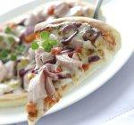 Śródziemnomorska pizza z tuńczykiem i czerwoną cebulą
