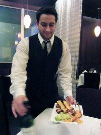 kelner obsługujący przyjęcie