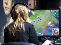 kobieta grająca w grę on line